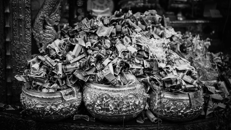 offrande dans un temple en Birmanie