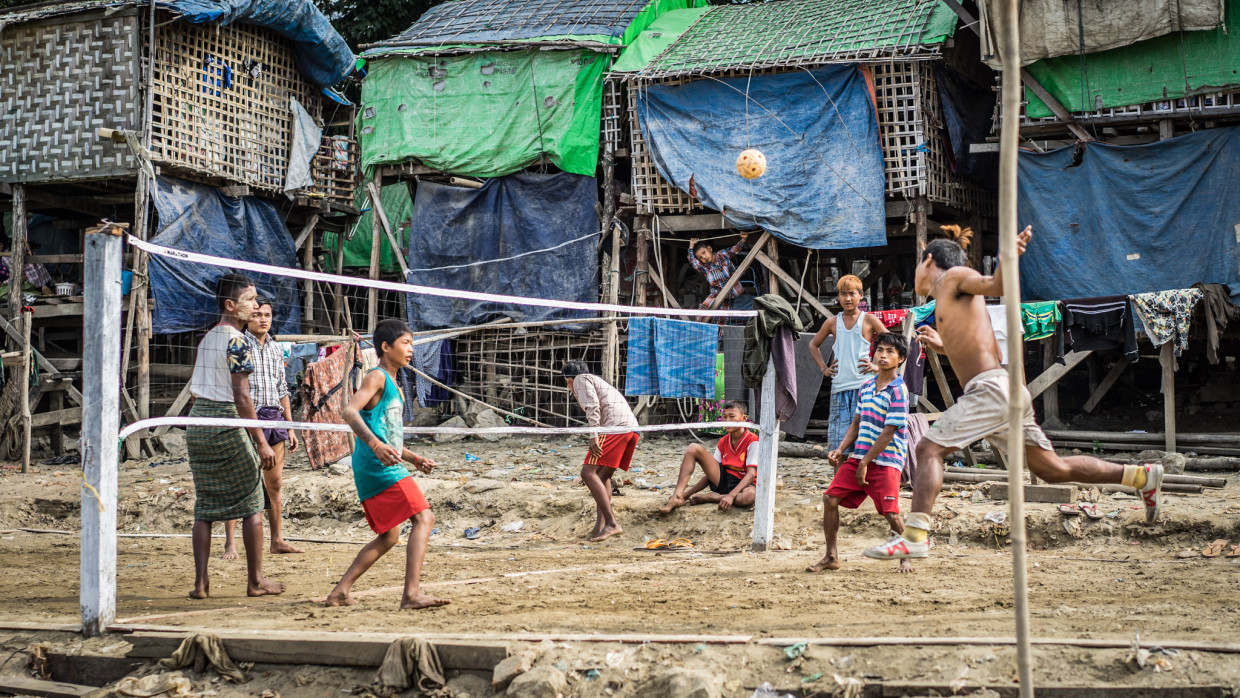 match de volley au bord de l'Irrawaddy à Mandalay