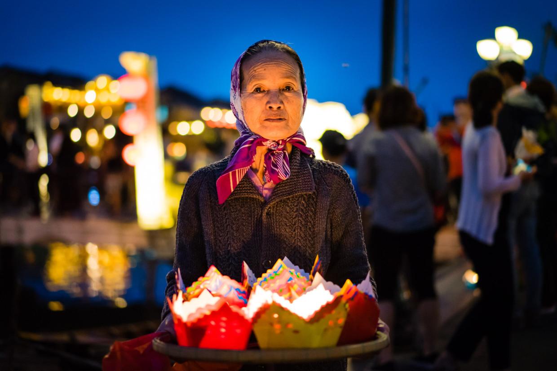 Vendeuse de bougies à Hoi An