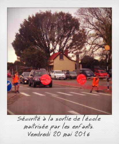 Les enfants font la circulation