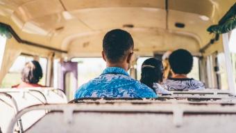 Homme dans un bus ouvert, Nadi