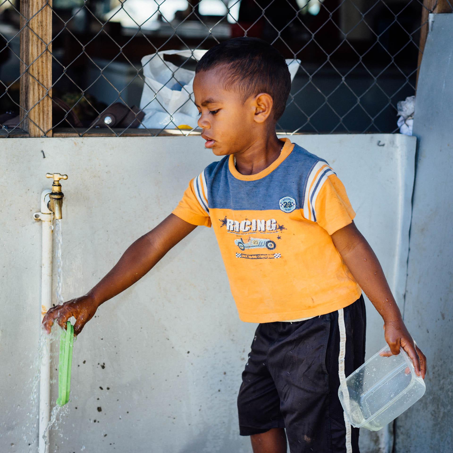 enfant et robinet d'eau