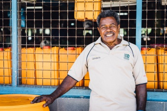 Homme au marché de Savusavu