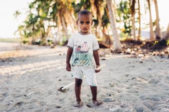 Enfant sur la plage, Nagigi village