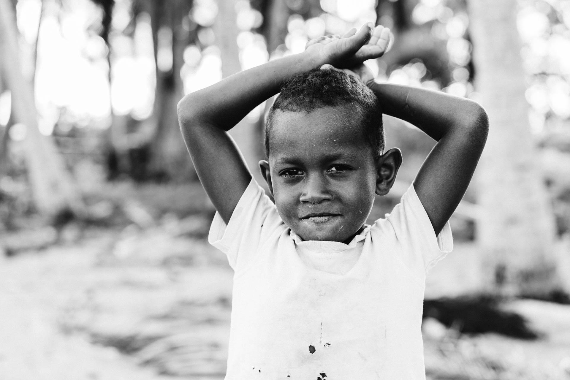 enfant prenant la pose