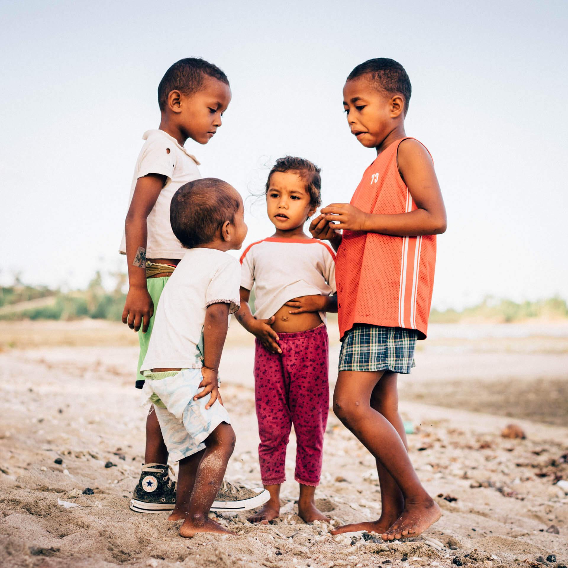 Enfants sur la plage de nagigi aux iles Fidji