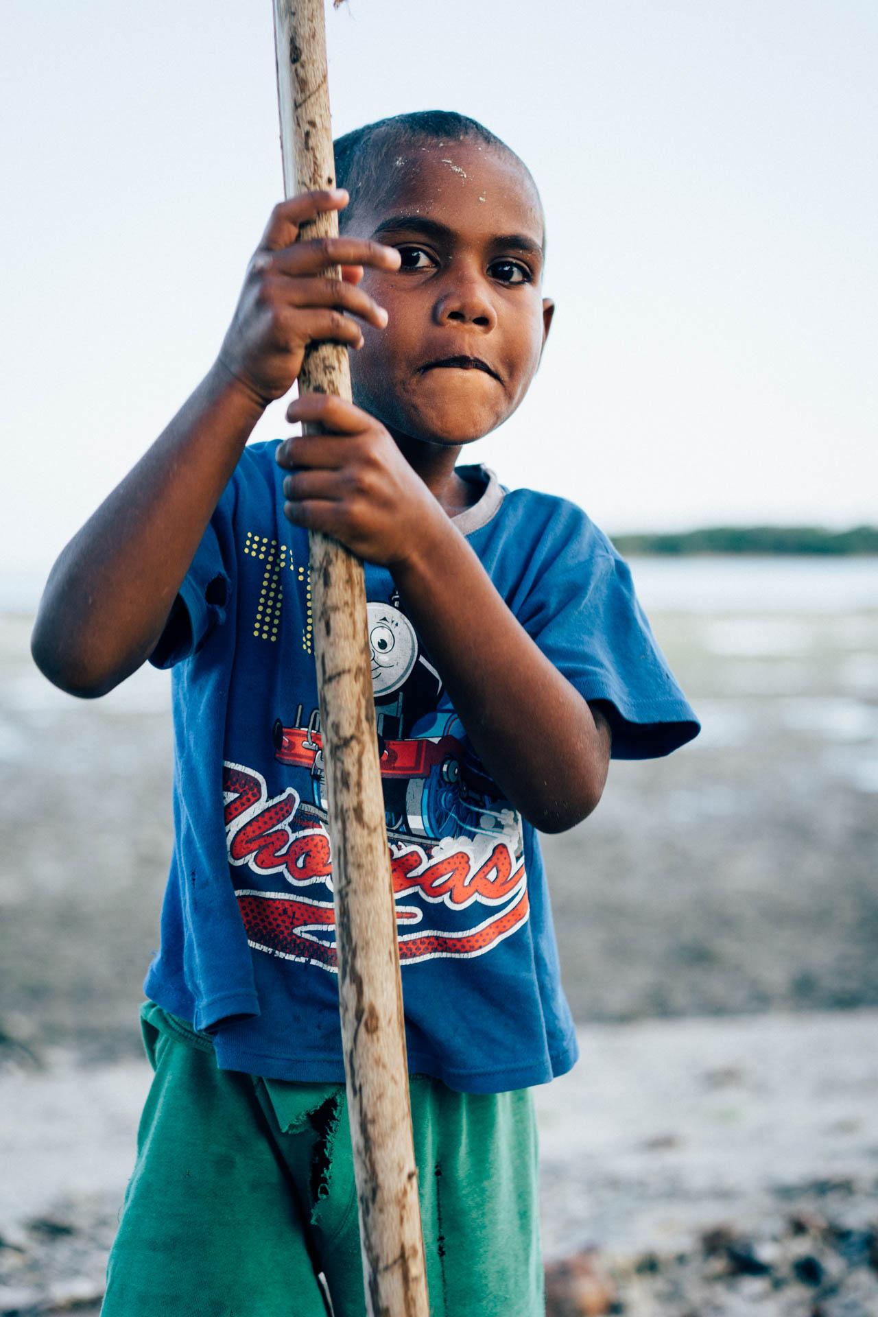 enfant et baton sur la plage