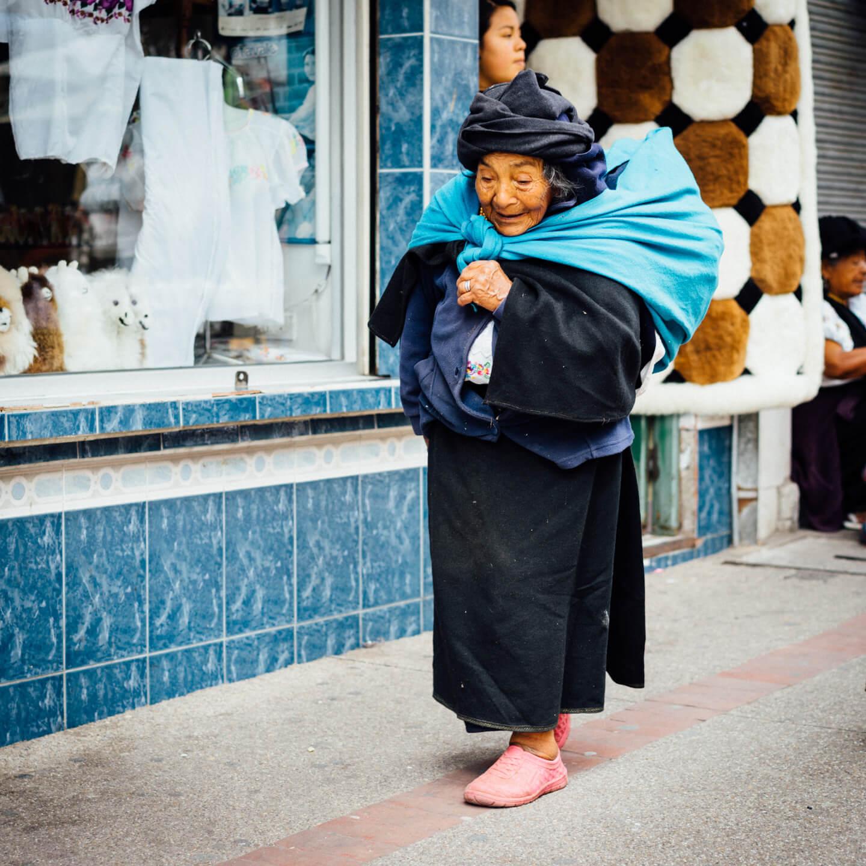Vieille dame portant son baluchon à Otavalo