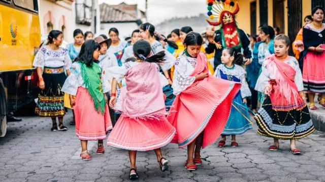 Petites filles qui dansent, jupes volantes
