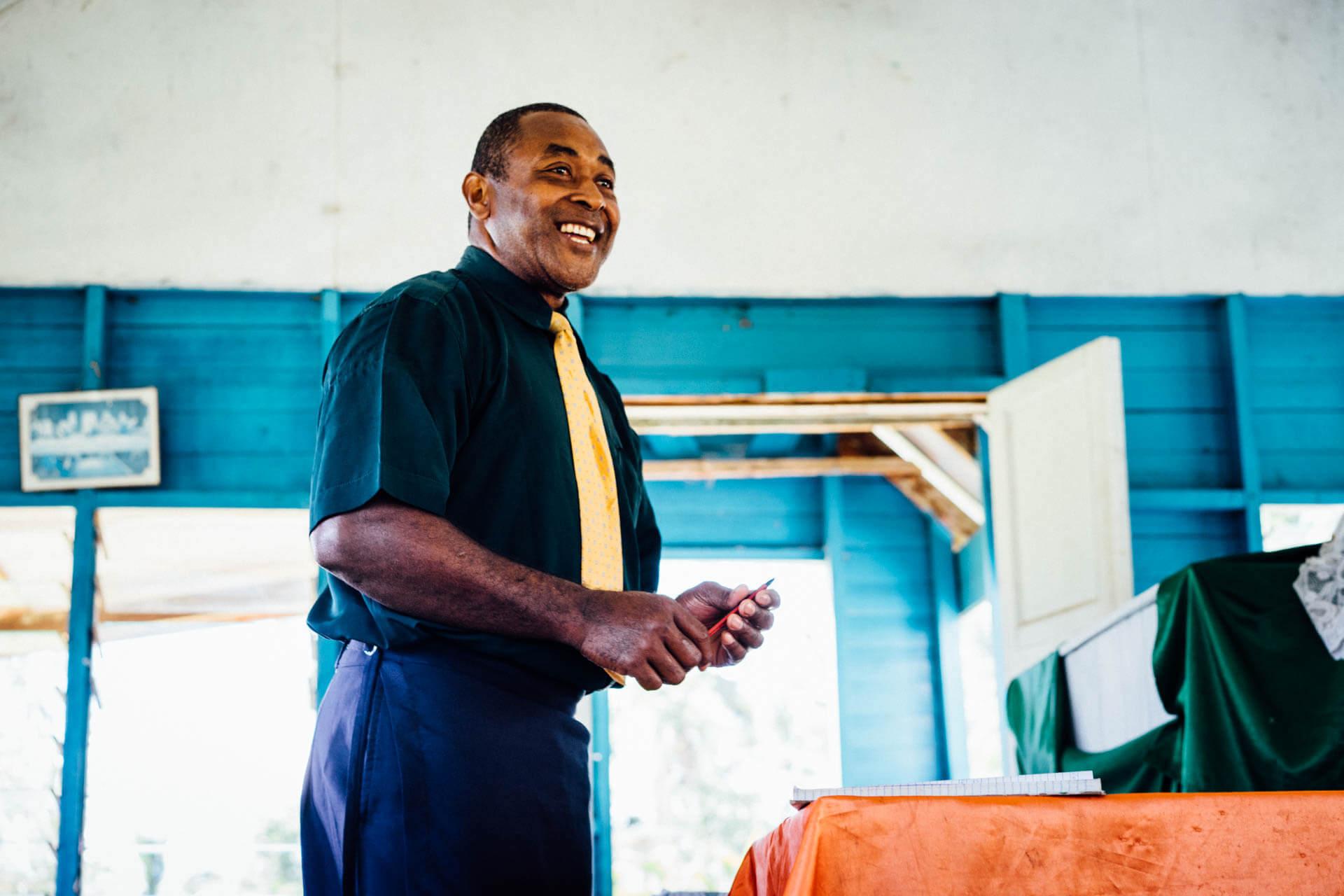 Fidjien souriant à la messe