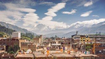 Bâtisseurs sur un toit, Huaraz, Pérou