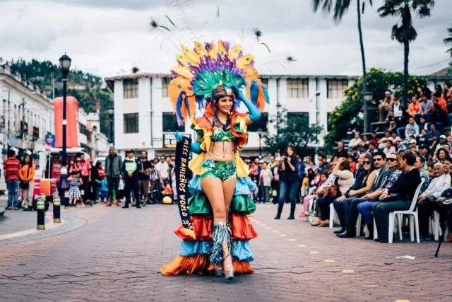 Défilé miss Bahieños world 2015 à Otavalo