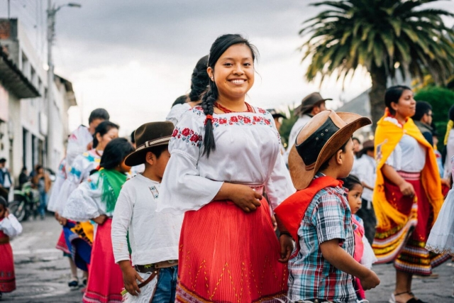 Jeune fille en costume traditionnel, San Pablo