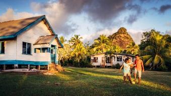 enfants et église de Nacereyaga village au coucher de soleil