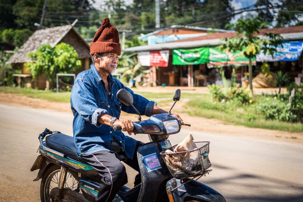 Vieux monsieur moto soppong