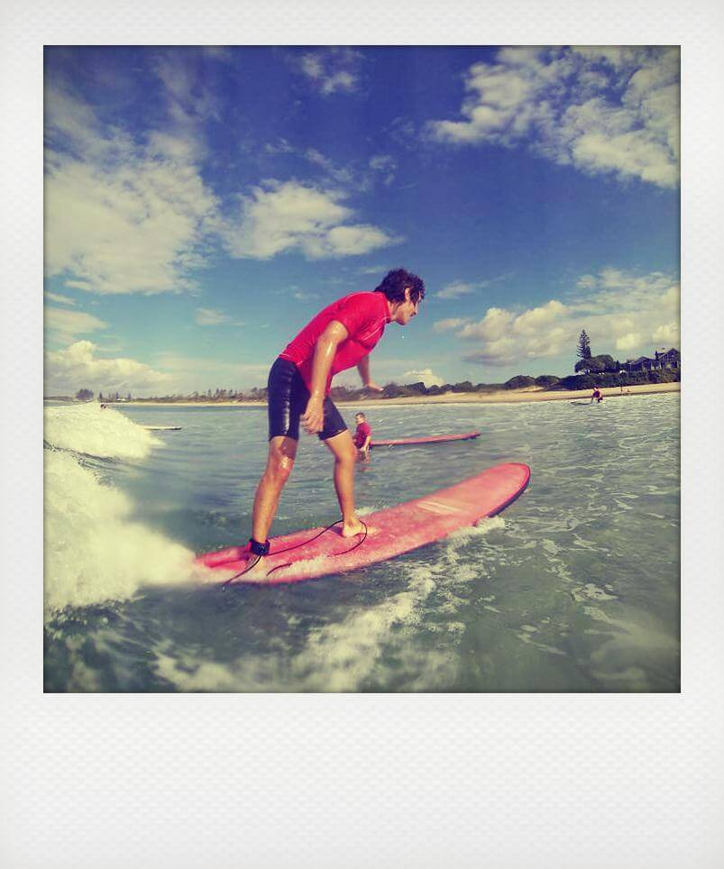 Alexis surf à Bayron Bay