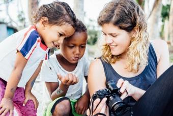 Bénédicte montrant ses vidéos aux enfants