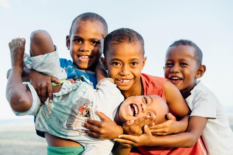 Enfans a Nagigi village à Fidji