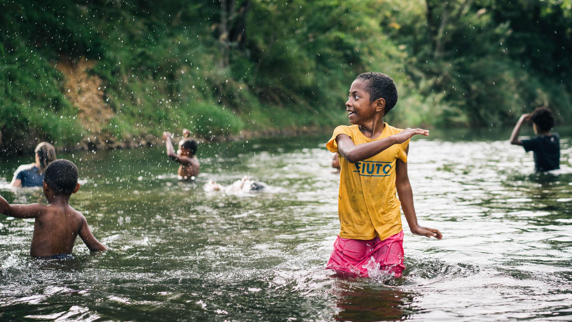 Jeux dans la rivière aux Fifji