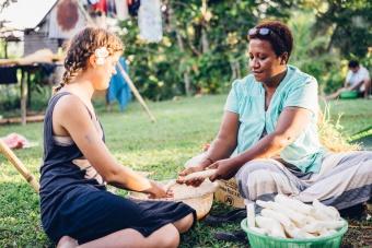 Bénédicte prépare le Lovo avec Amélia