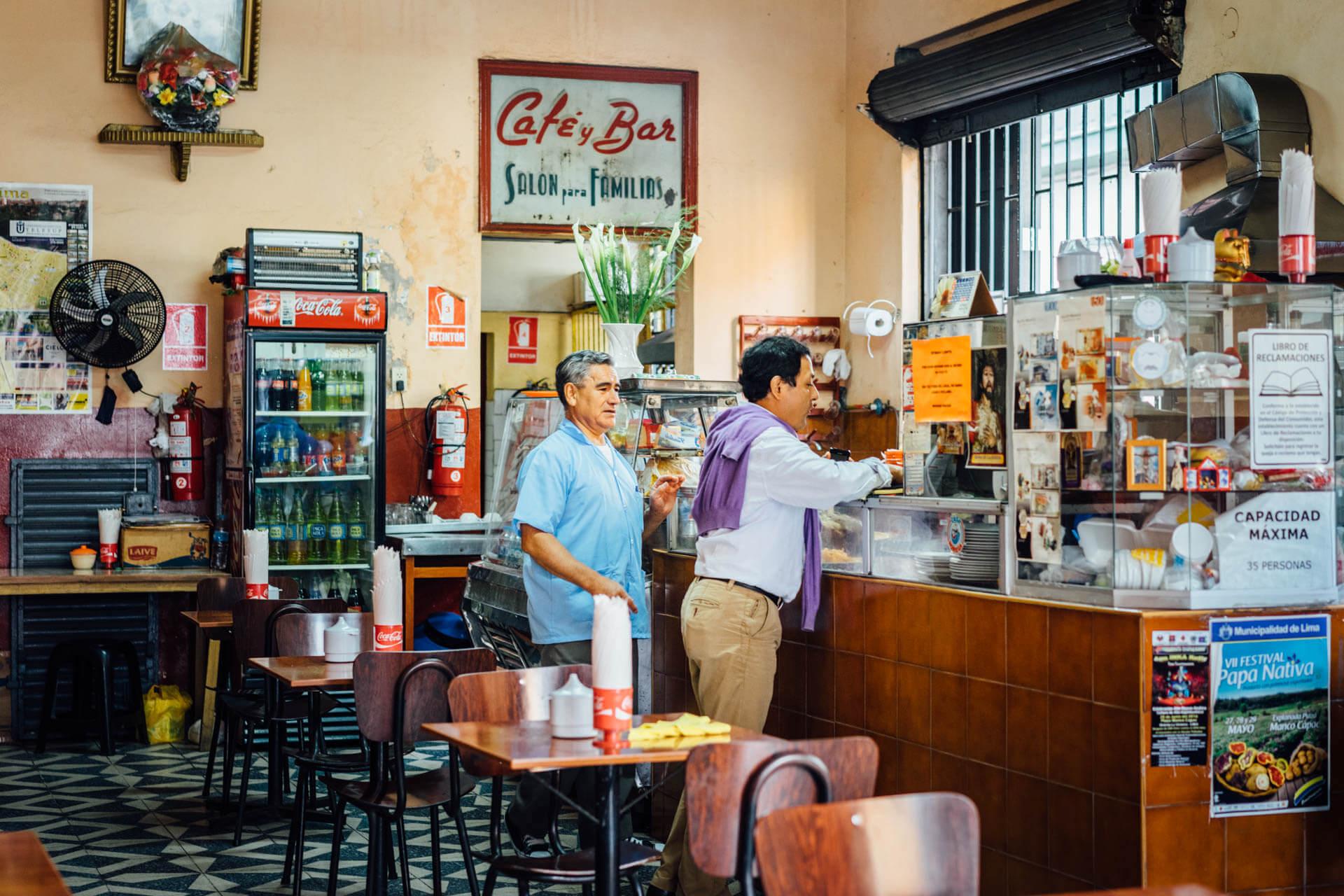 Homme dans un café à Lima