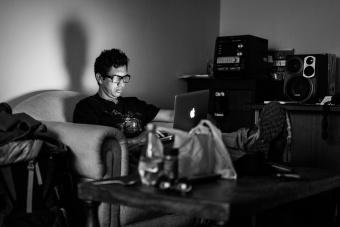 Jaime dans son canapé à la lumière de son écran, Lima