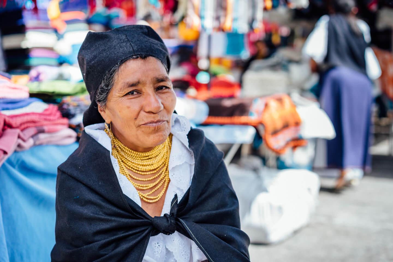 Portrait d'une dame au marché d'Otavalo