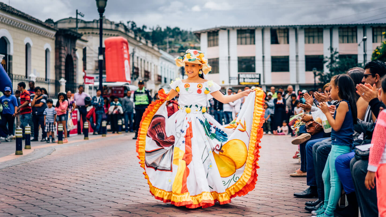 Jeune danseuse pour Inti Raymi à Otavalo
