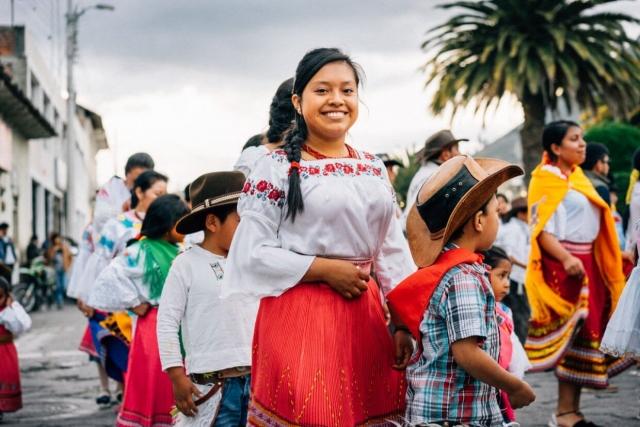 Jeune fille en costume traditionnel, San Pablo